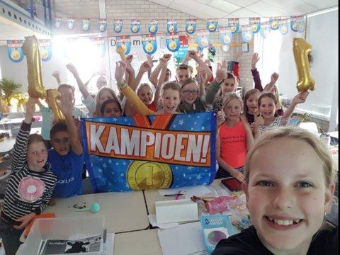 De kampioenen vieren hun overwinning in de klas