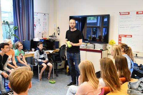 Een docent van het vo voor de klas
