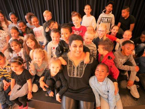 Sadhana Raaijmakers met een aantal leerlingen