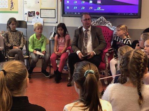 De burgemeester las de leerlingen voor