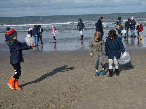 De kinderen trotseerden windkracht vijf voor een aantal stoere activiteiten