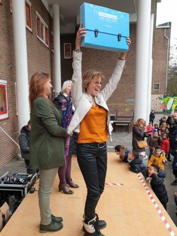 Directeur Bernadette Lensen met het excellent-koffertje
