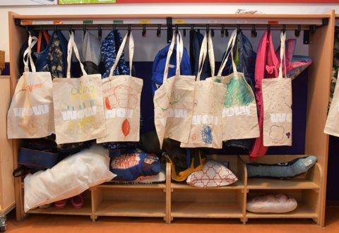 De kinderen knutselden een linnen tas