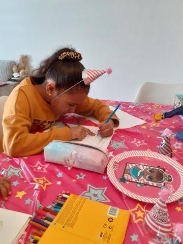 Jaylee viert haar verjaardag thuis