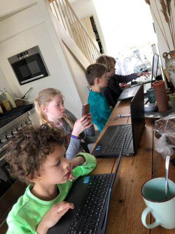 de kinderen krijgen thuis digitaal les