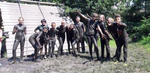 Kopje onder in de modder