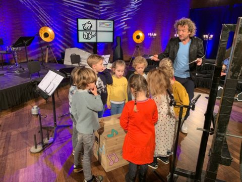 Presentator Pepijn Gunneweg met de kinderen