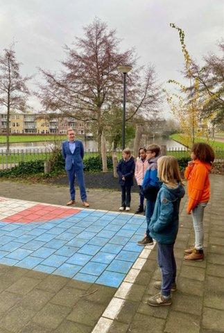 Twee kinderen presenteerden de plannen voor een biodivers schoolplein