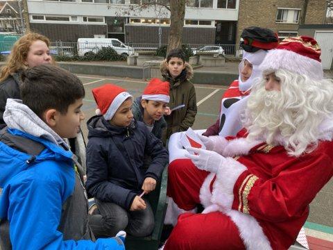 Een kerstman en een sneeuwpop namen de kaarten in ontvangst